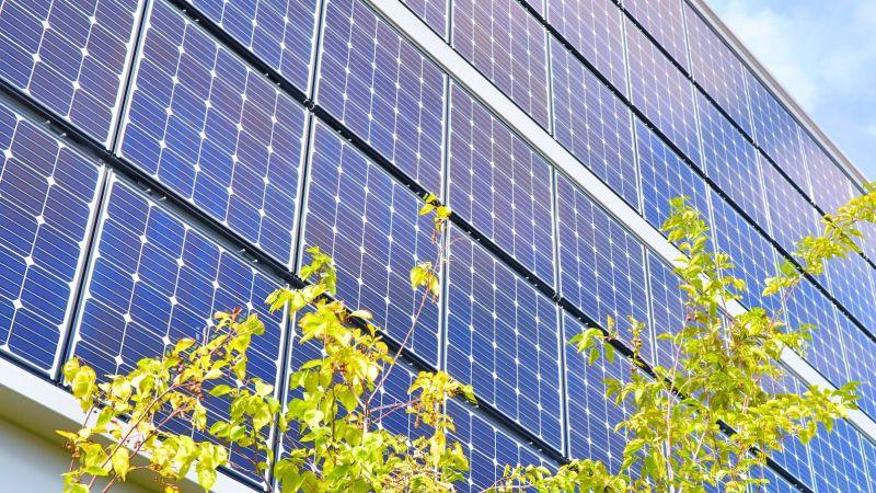 eine Gebäude-Fassade mit Solar-Panelen (Photovoltaik-Anlage)