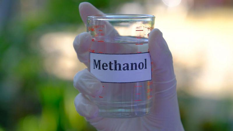 Symbolbild eines Reagenzglases mit der Aufschrift Methanol