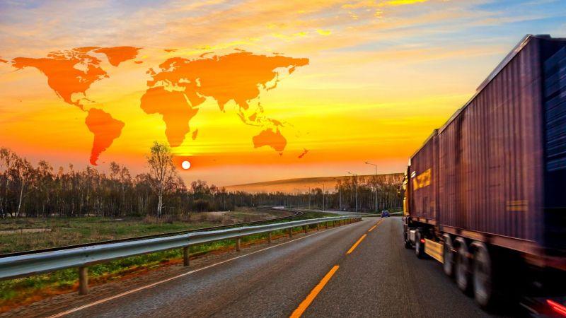 Symbolbild eines Lkw auf einer Straße in Nordafrika