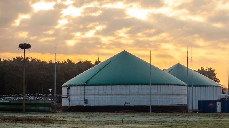 Biogasanlage vor Sonnenuntergang