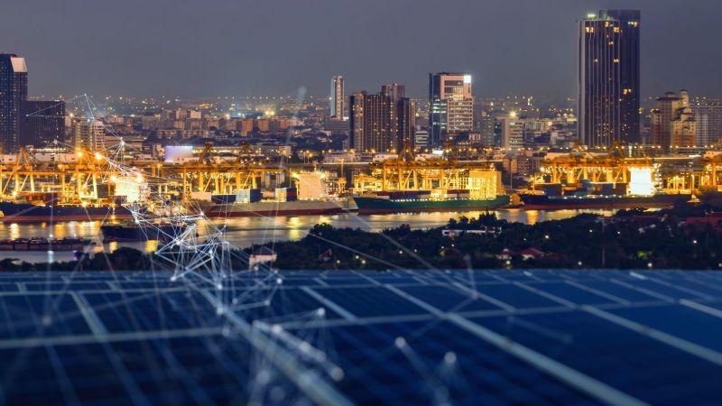 Hafen bei Nacht mit Schiffen und Gebäuden