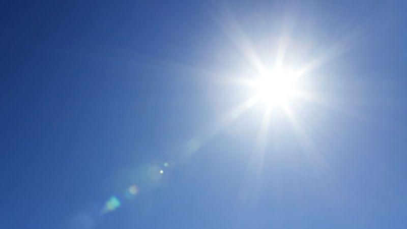 Sonne vor wolkenlosem Himmel