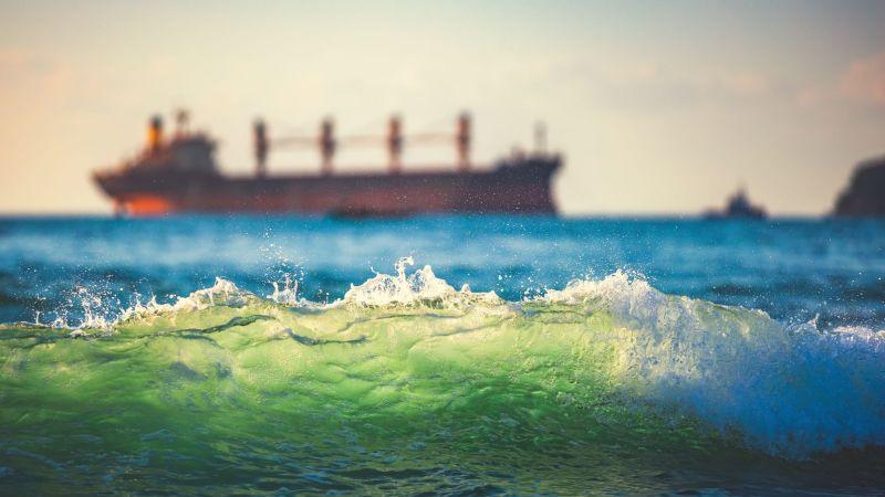 Symbolbild eines Frachtschiffs auf dem Meer