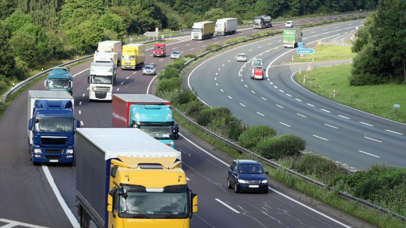 Symbolbild: Die Luftaufnahme zeigt eine Autobahn mit Lkw und Autos.