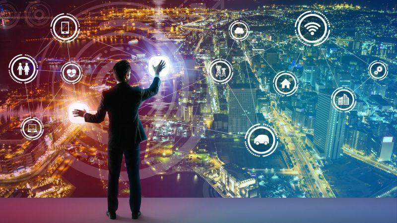 Symbolbild: Ein Angestellter jongliert mit grafischen Symbolen, die einzelne Elemente einer digitalen Lebenswelt darstellen.