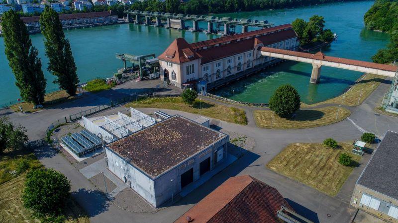 Hier wird das Reallabor H2-Wyhlen erprobt: Die Luftaufnahme zeigt das Gelände des Konsortialführers Energiedienst in Wyhlen mit Wasserkraftwerk und Power-to-Gas-Anlage.