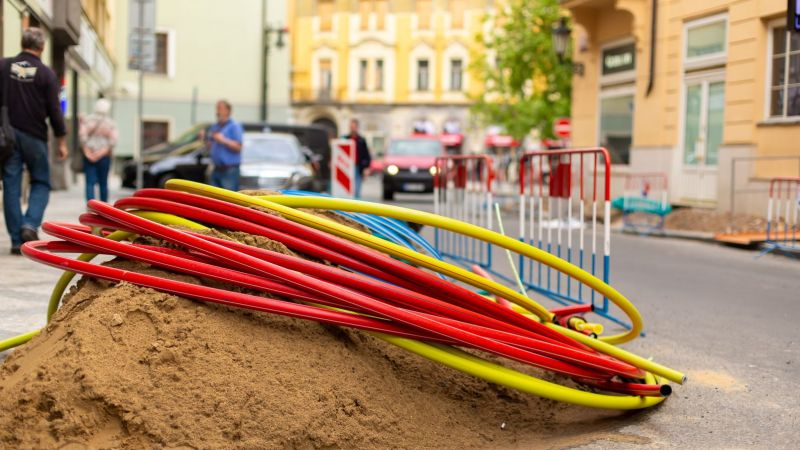 Symbolbild: Stromkabel liegen auf einem Haufen an einer Baustelle in einer Straße.
