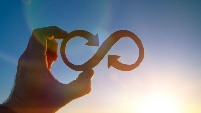 Symbolbild: eine Hand hält die Zahl Acht, das Symbol für Unendlichkeit, hoch
