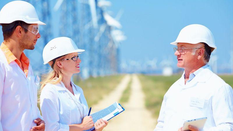 Symbolbild einer jungen Frau und eines jungen Mannes im Gespräch mit einem älteren Experten