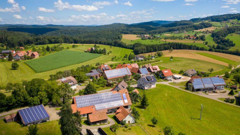 Luftaufnahme des Orts Freiamt (im Vordergrund: Häuser mit Photovoltaik-Anlagen)