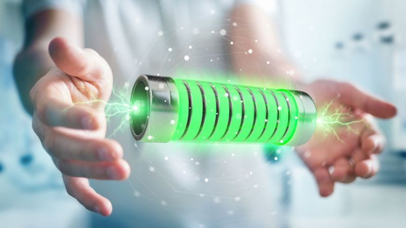 Hände halten leuchtende Batterie (Symbolbild)