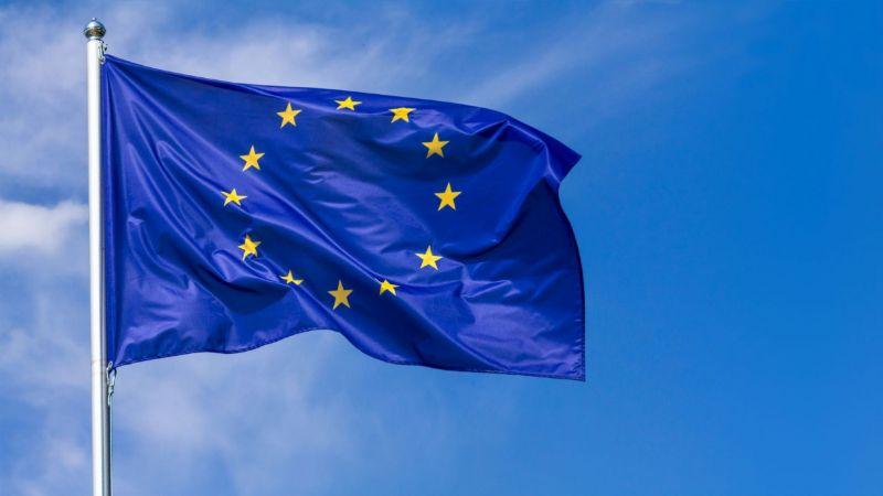 wehende Europaflagge vor blauem Himmel