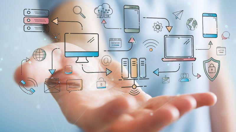 Über einer Hand sind Symbole für Digitalisierung, Computer und IT-Technik dargestellt und untereinander vernetzt (Sysmbolbild)