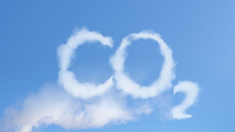 Wolken formen am blauen Himmel den Schriftzug CO2