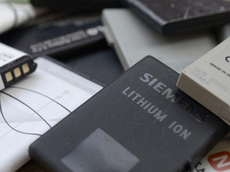 SchwarzerLithium-Ionen-Akku wie er in einem Smartphone verbaut wird