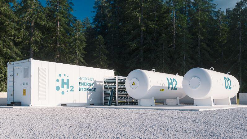 Symbolbild: Wasserstofftanks vor Wald