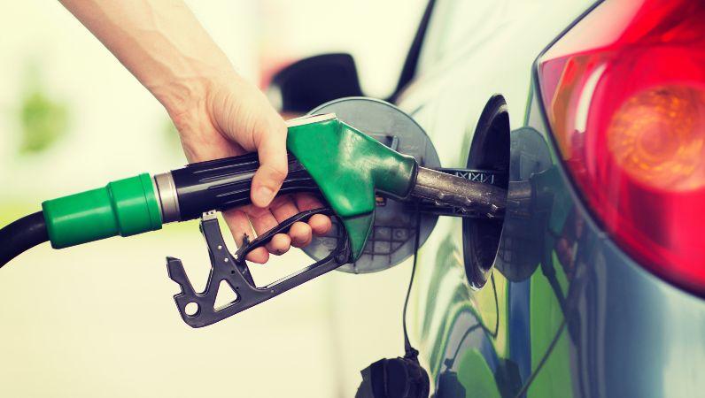 """Symbolbild: Die im Februar 2017 im Bundesanzeiger veröffentlichte Förderbekanntmachung """"Energiewende im Verkehr: Sektorkopplung durch die Nutzung strombasierter Kraftstoffe"""" adressiert einen übergreifenden Ansatz, der die Sektoren Energie und Verkehr miteinander koppeln soll."""
