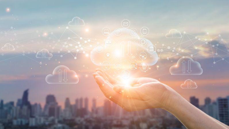 Die Grafik zeigt eine geöffnete Handfläche, die eine Illustration von Wolken (Symbol für Daten-Cloud) hält.