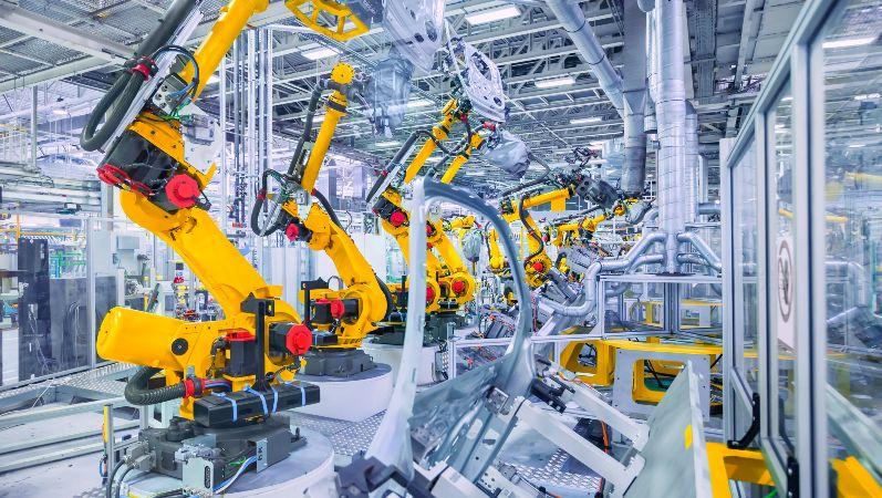 Automatisch gesteuerte Roboter-Arme an einem Fließband in einer Fabrik