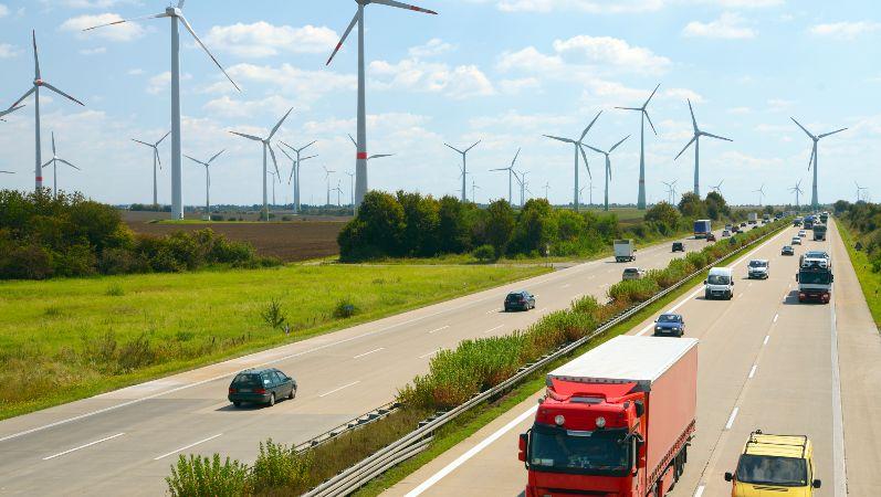 Autobahn und Windräder