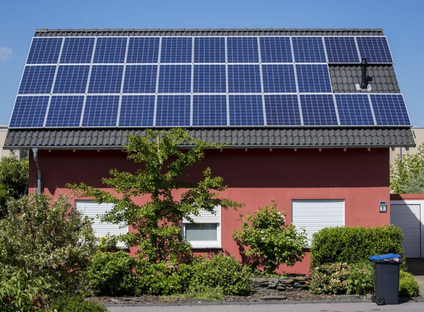 Kleines Wohnhaus mit Photovoltaikanlage auf dem Dach