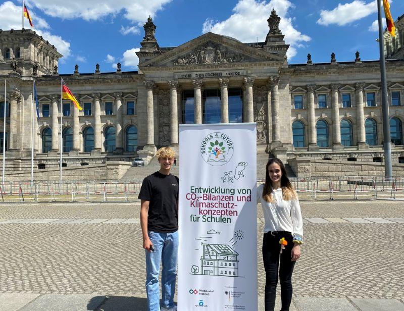 Jonathan Kriener und Noemi Coll Barroso vor dem Reichstagsgebäude