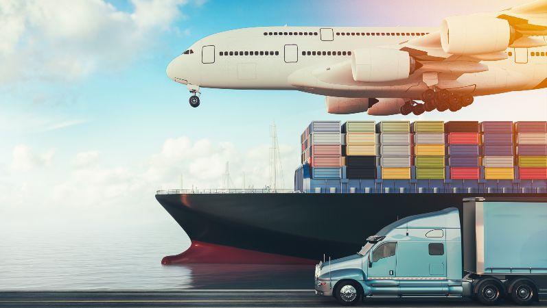 Flugzeug,Transportschiff und Lastwagen übereinander