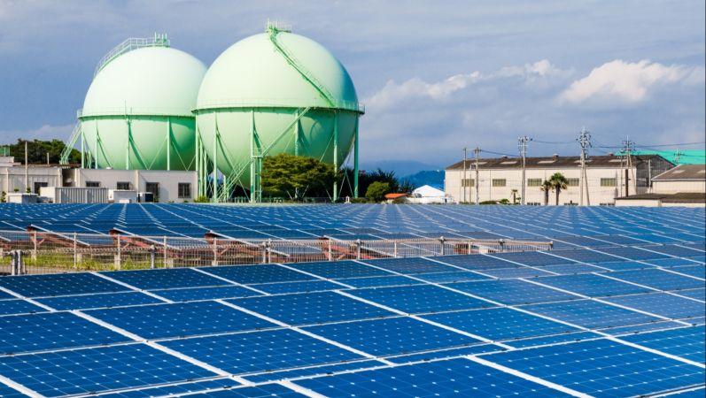 Photovoltaikanlage, Solarzellen, Gasbehälter und Stromnetzleitungen