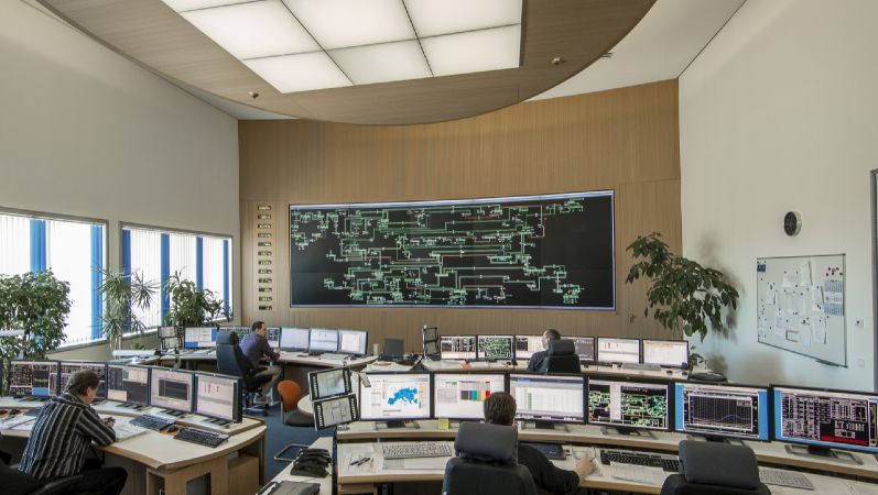 """Leitwarte im Transmission Control Center des Netzbetreibers 50 Hertz. Herzstück der Arbeit von 50Hertz für die Versorgung von 8 Bundesländern mit elektrischen Strom ist die zentrale Steuerungsstelle, das """"Transmission Control Centre (TCC)"""", in Neuenhagen bei Berlin. Hier wird der Energiefluss durch die Netze überwacht, um jederzeit die Balance zwischen Erzeugung und Verbrauch zu halten."""