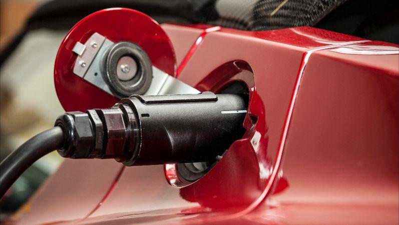 Aufladen eines Elektrofahrzeuges.Normstecker bei Ladung eines Elektrofahrzeuges