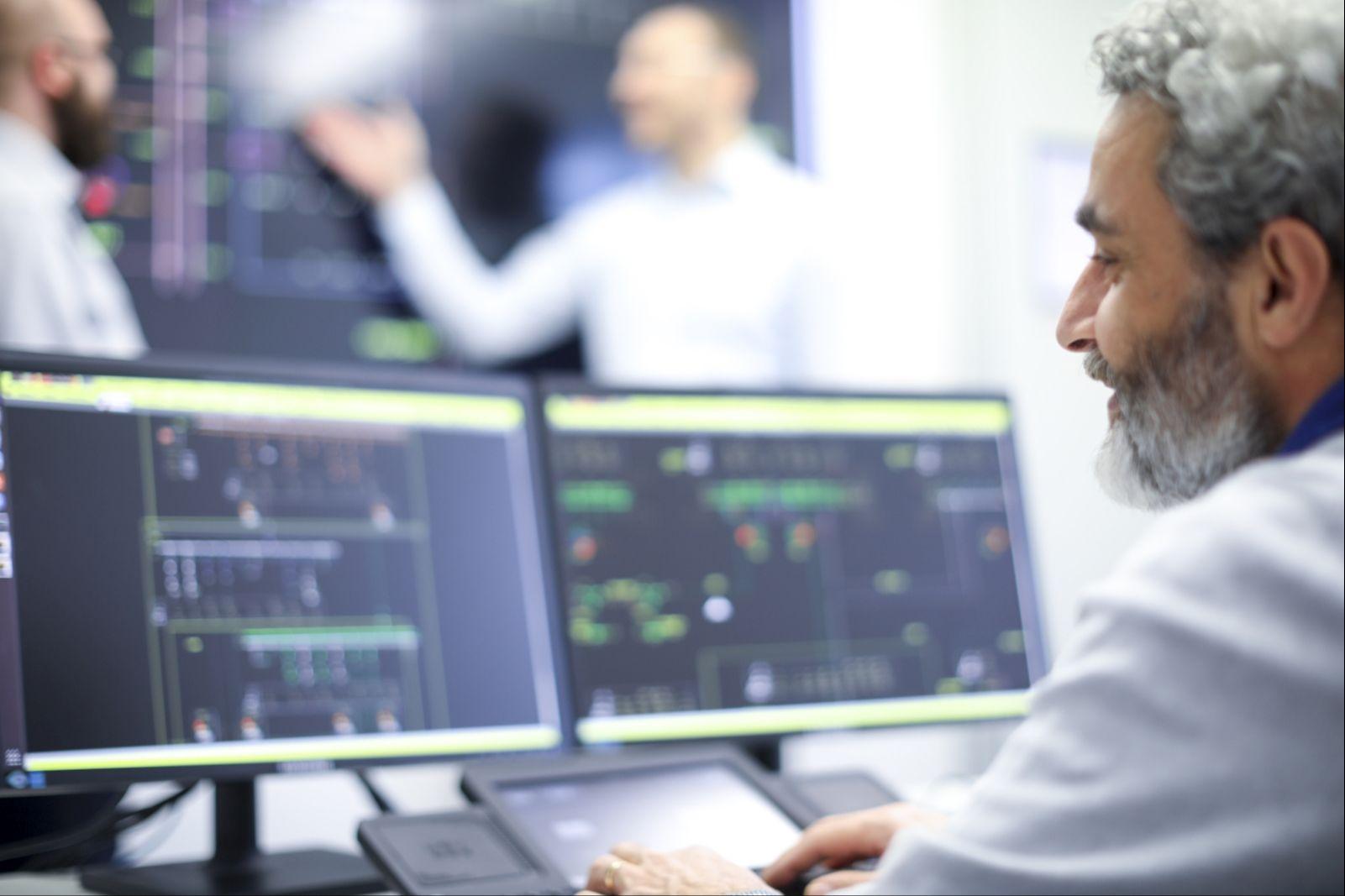 Projektmitarbeiter forschen im Rahmen von NetzDatenStrom am Institut für Informatik (OFFIS) in Oldenburg im Forschungsleitstand des SESA-Labors.