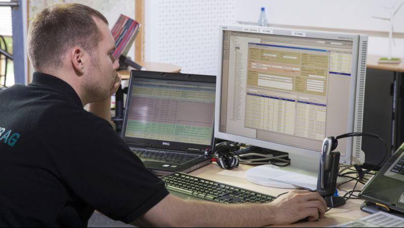 Mitarbeiter der Europa-Leitwarte der Enertrag Windparks.