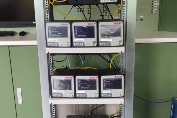 Versuchsstand am Echtzeitsimulator im Labor des Instituts für Energiesysteme, Energieeffizienz und Energiewirtschaft der TU Dortmund